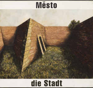 Motiv uzavřeného dvora mezi hradbami vychází z Malé pevnosti v Terezíně. Ten prostor ozářený sluncem působí na první pohled skoro bezpečně, útulně, jenže je hrozně prázdný, tichý, jediný strom nebo keř je za zdí, není úplně jisté, jestli nás hradba chrání nebo omezuje a černý vchod do nitra stavby zde stojí jako hrozba.